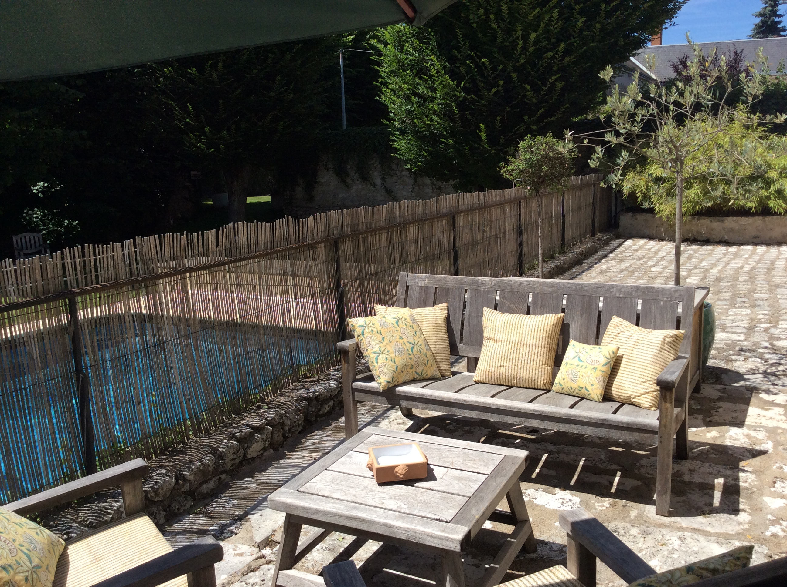 Terrasse vue jardin, accès piscine